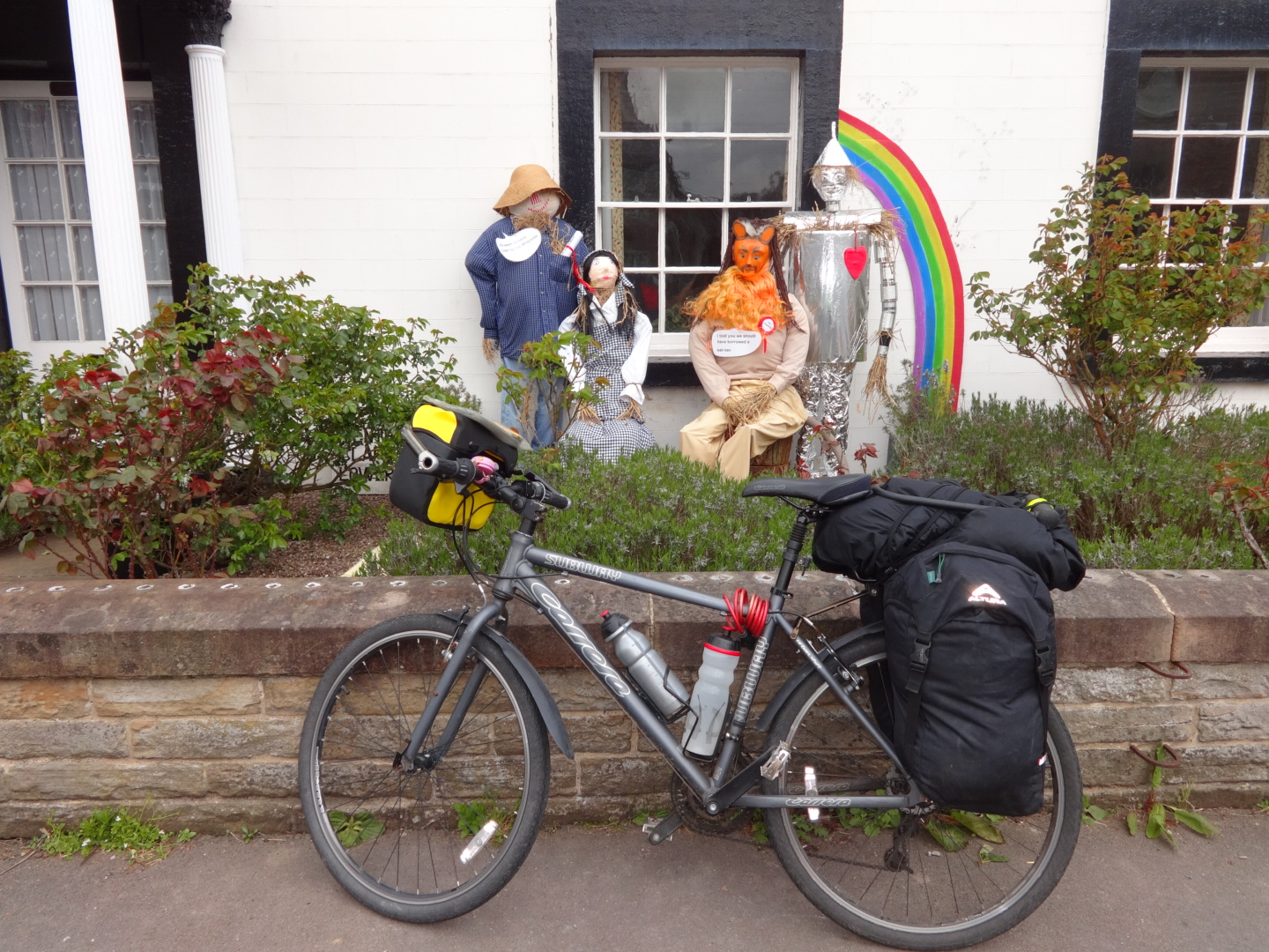 A nice surprise: Tea and cake at the scarecrow festival