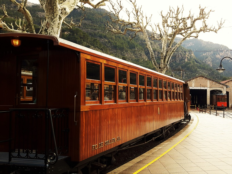 train soller palma mallorca travel